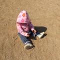 土遊びをする娘