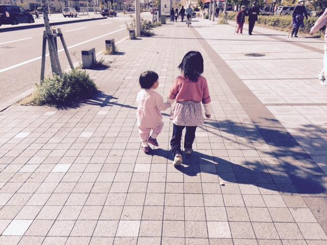 二人で喜んで歩く